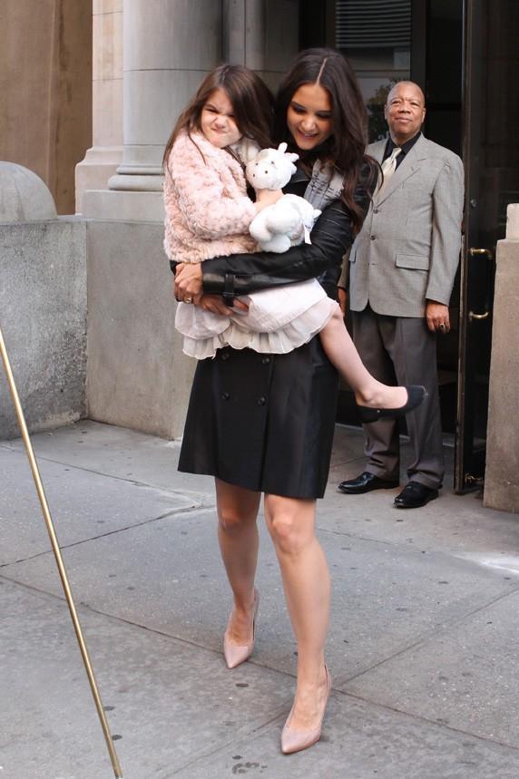 Comment fait-elle pour porter sa fille ET des talons ?