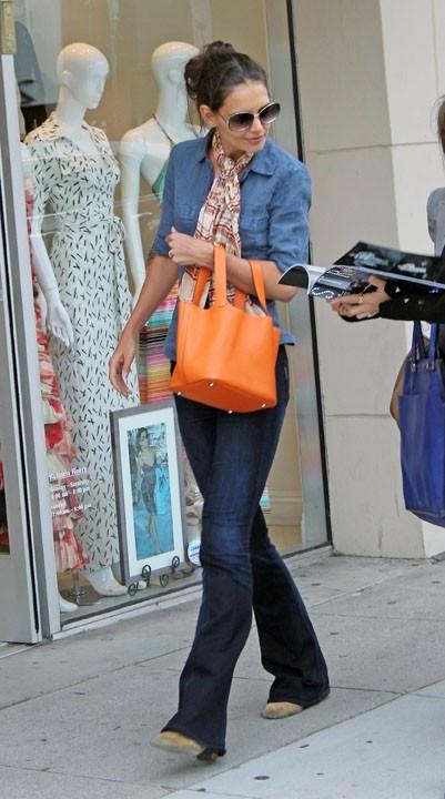 Elle trimbale partout son petit sac orange...