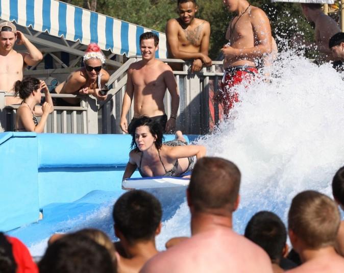 Katy Perry se met au surf !