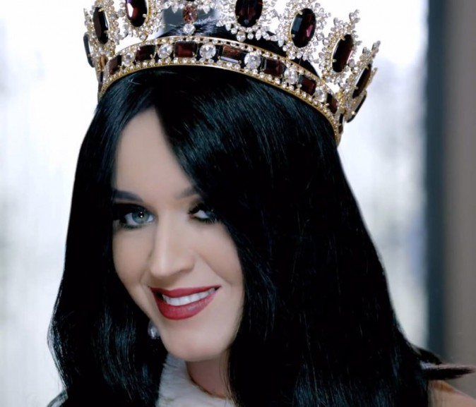 "Katy Perry dans la pub de son parfum ""Killer Queen""."