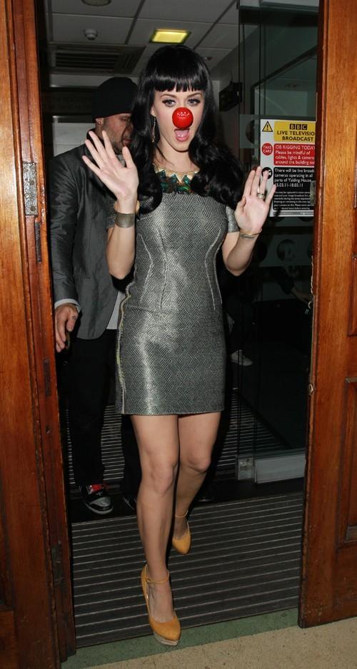 Pour son concert hier soir, elle a enfilé la tenue de catwoman...une vraie gosse !