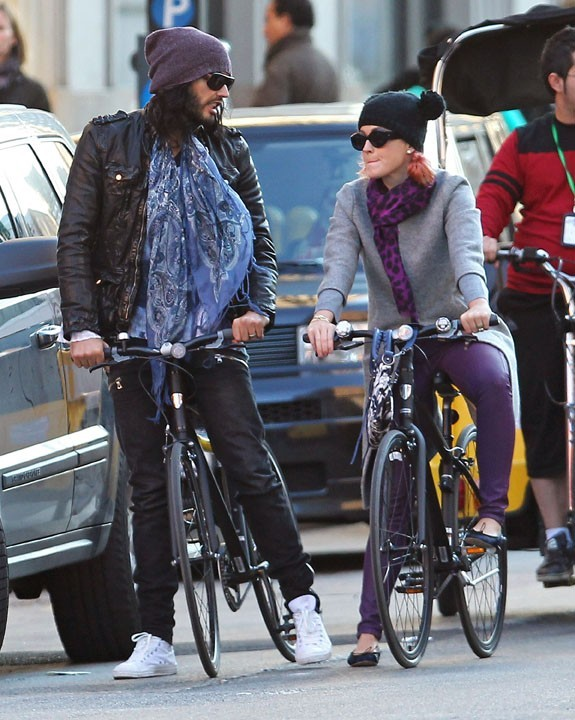 photos katy perry et russell brand promenade en v lo incognito. Black Bedroom Furniture Sets. Home Design Ideas