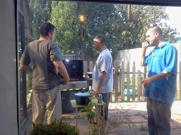 Cash Warren, le mari de Jessica Alba, prépare le barbecue avec ses frères !