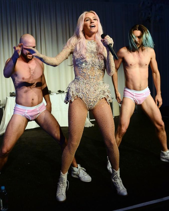 Photos : Ke$ha : pour son grand retour sur scène, elle écarte les cuisses !