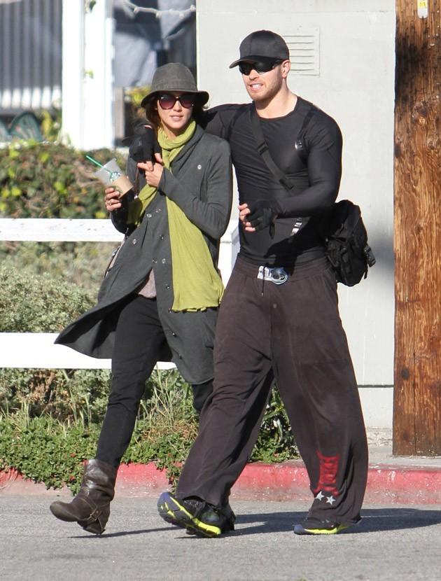 Kellan Lutz avec sa jolie Australienne dans les rues de Los Angeles hier