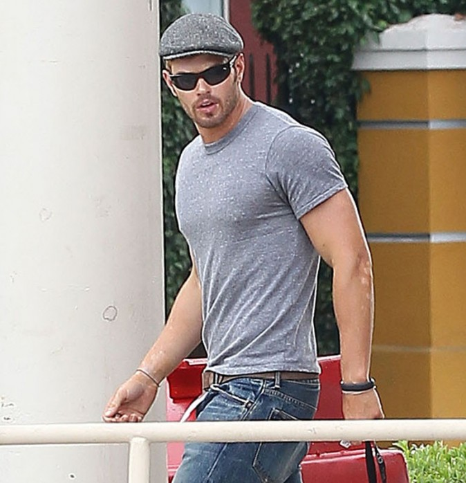Kellan Lutz sort de chez KFC à Los Angeles