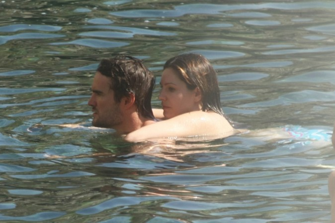 Kelly Brook et Thom Evans dans les eaux des thermes d'Ischia, le 12 juillet 2012.