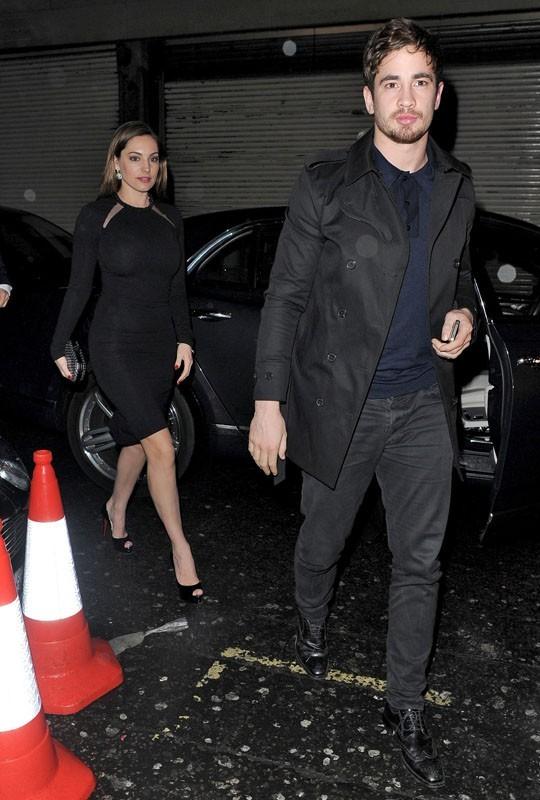 Kelly Brook sort du restaurant avec son petit-ami, Danny Cipriani
