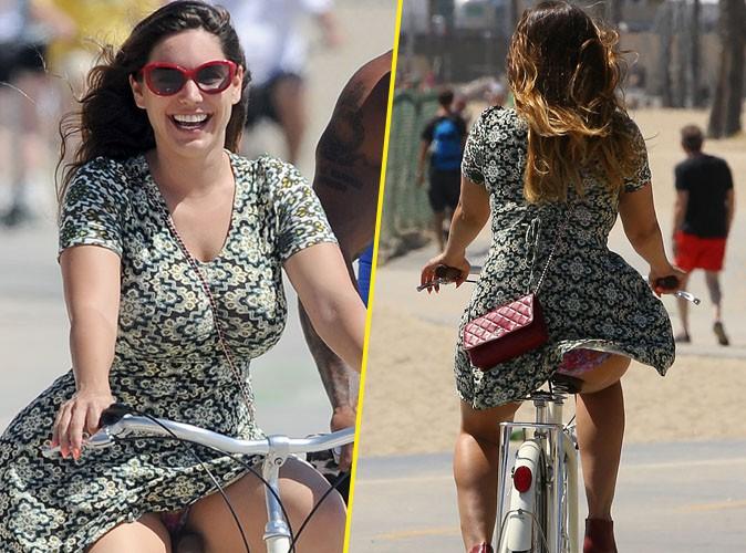 Kelly Brook : elle se fait un plaisir de montrer sa culotte côté pile et côté face sur son vélo !