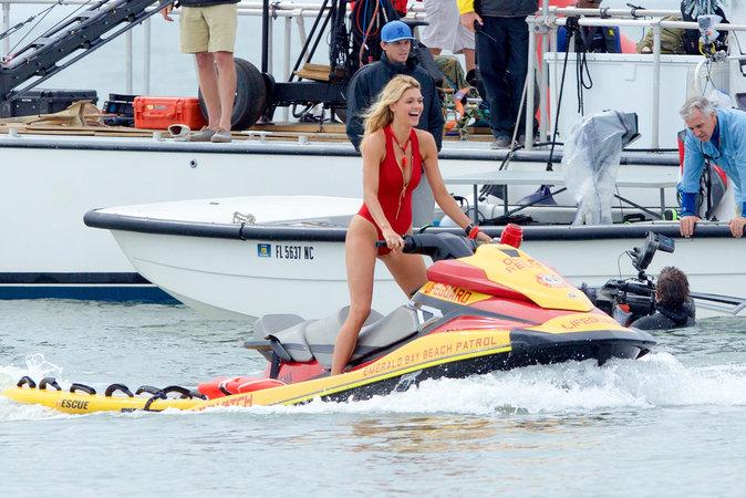 Photos : Kelly Rohrbach : entre karaoké et jet ski, elle s'éclate sur le tournage de Baywatch !