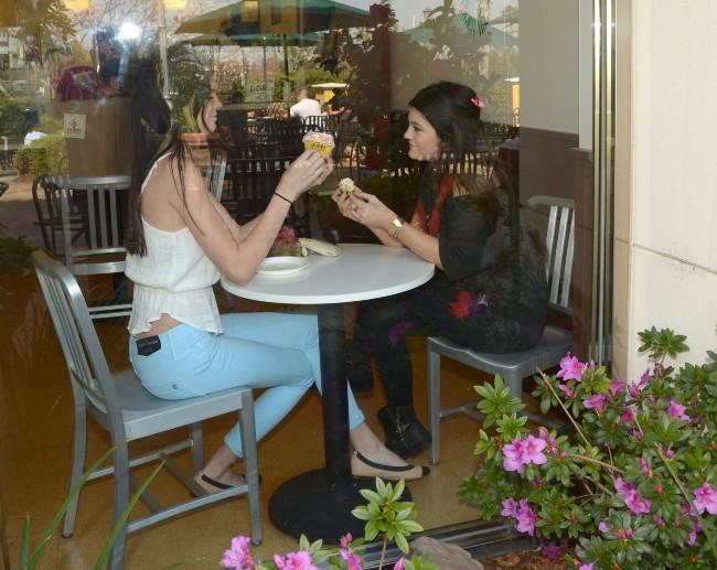 Kendall et Kylie Jenner le 27 mars 2013 à Los Angeles