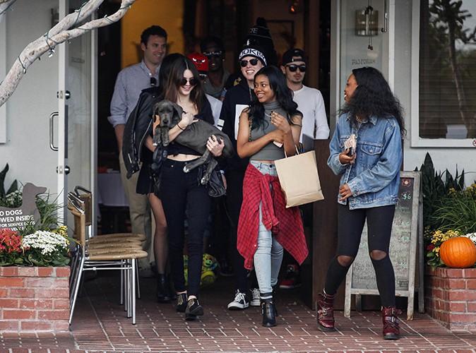 Kendall et Kylie Jenner entre amis à Los Angeles le 23 octobre 2013