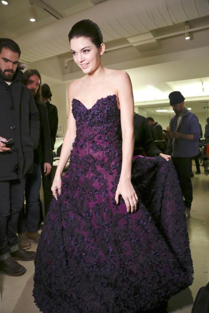 Photos : Kendall Jenner : espiègle en coulisses, sage sur le podium, elle assure au show Oscar de la Renta !