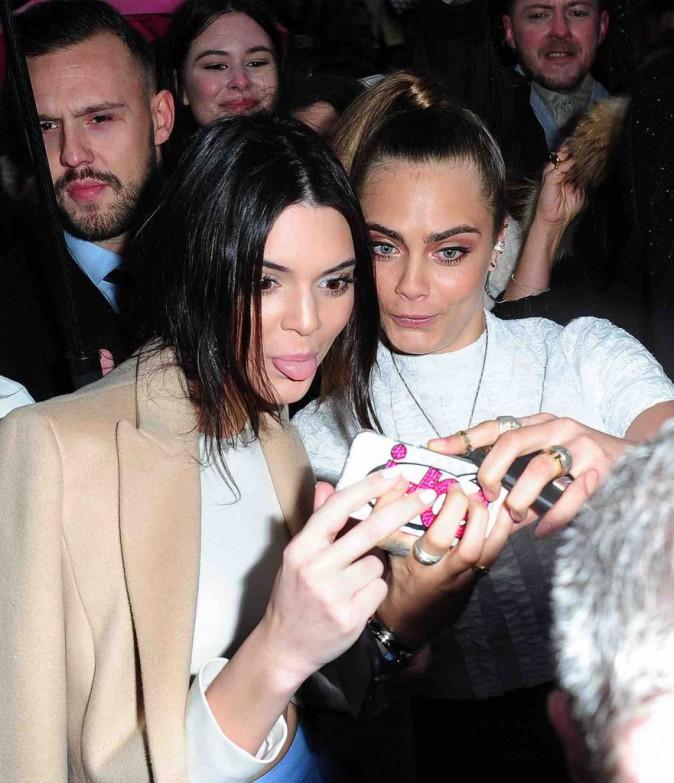 Kendall Jenner et Cara Delevingne : pour un selfie rien ne les arrête, même pas la pluie !