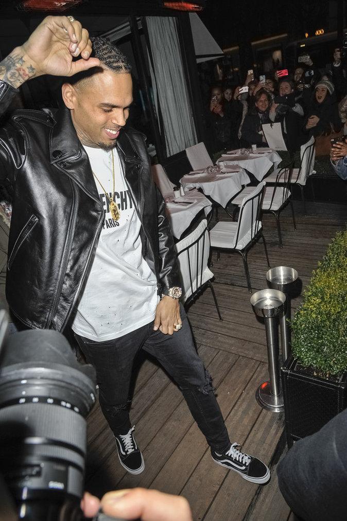 Chris Brown, tout sourire face aux photographes