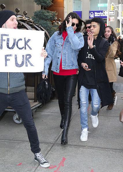 Photos : Kendall Jenner prise à partie par des militants anti-fourrures !