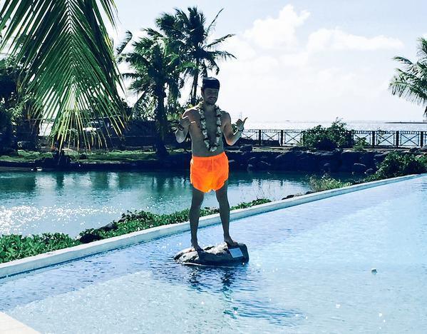 Photos : Kev Adams torse nu à Tahiti, un touriste pas comme les autres !