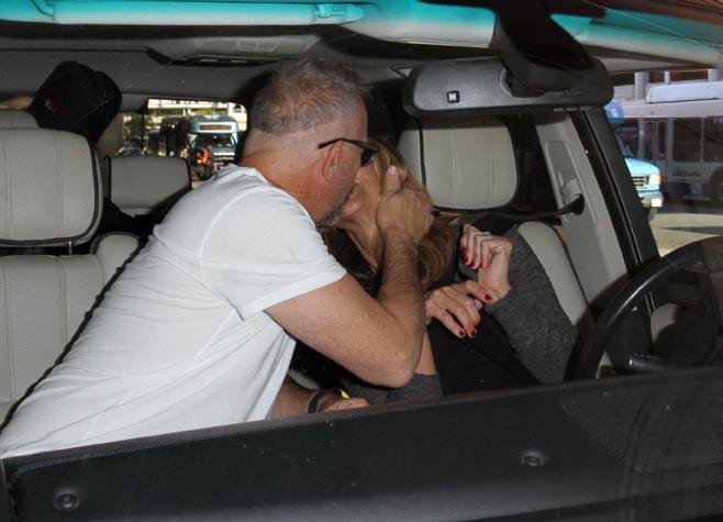 Kevin Costner et Christine Baumgartner à l'aéroport de Los Angeles le 4 novembre 2014