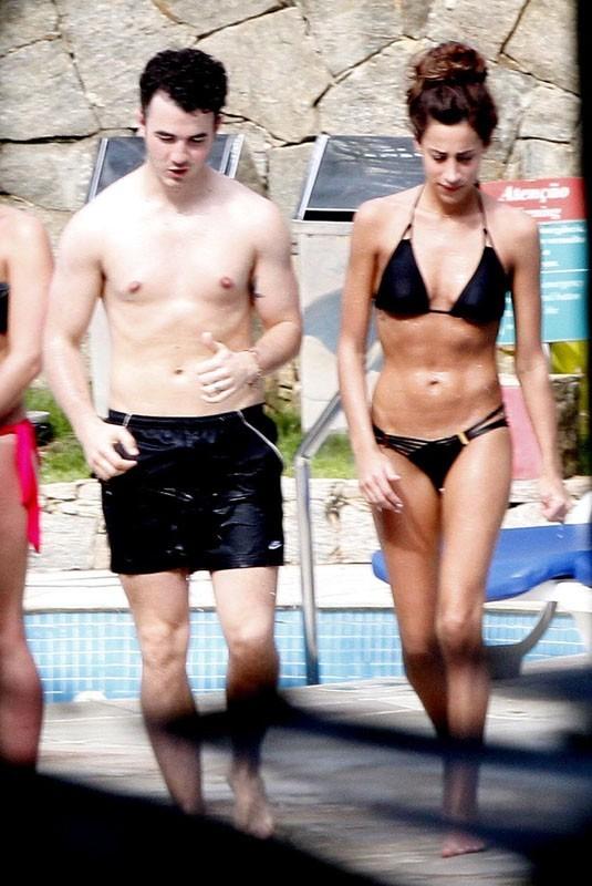 Kevin Jonas et Danielle amoureux comme au premier jour dans une piscine de Rio de Janeiro