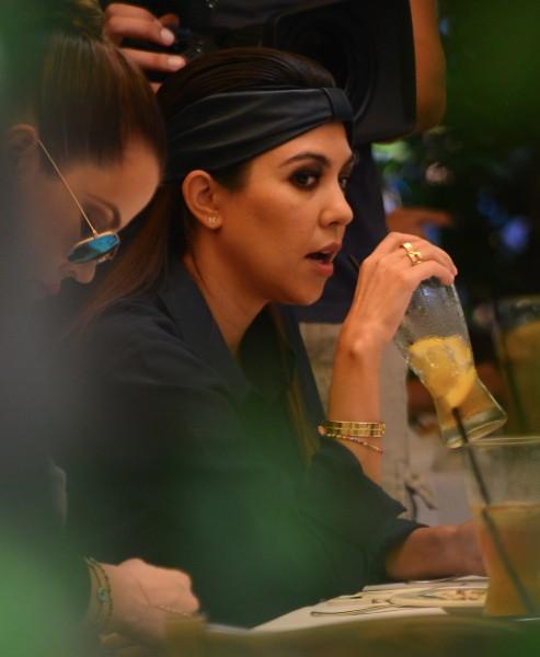 Khloe et Kourtney Kardashian dans le restaurant Ago à Los Angeles, le 19 septembre 2013.