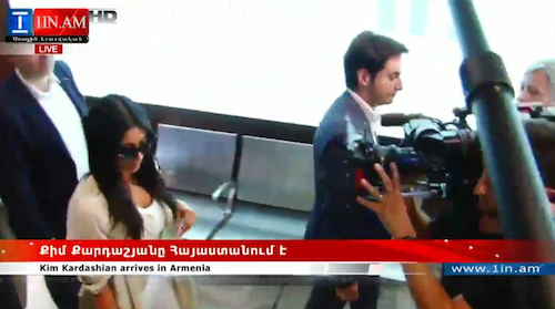 Photos : Kim et Khloe Kardashian, North et Kanye West accueillis par la foule en Arménie !