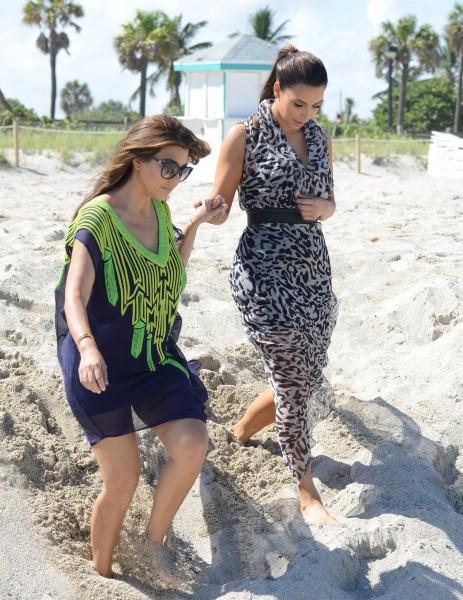 Kim et Kourtney Kardashian sur la plage à Miami, le 3 octobre 2012.