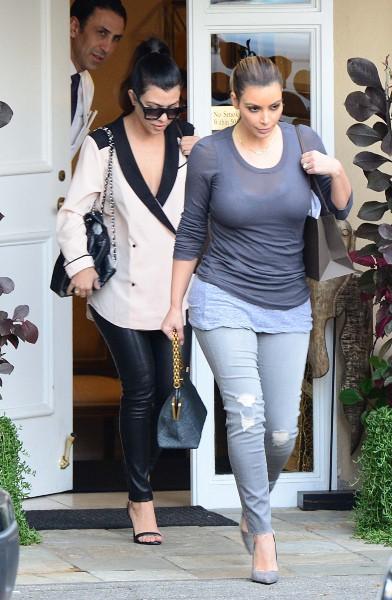 Kim et Kourtney Kardashian à Beverly Hills, le 16 décembre 2013.