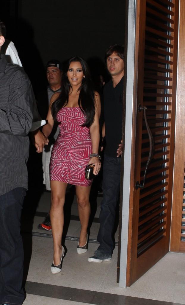 ... ou Kim Kardashain en robe rose Hervé Léger ?