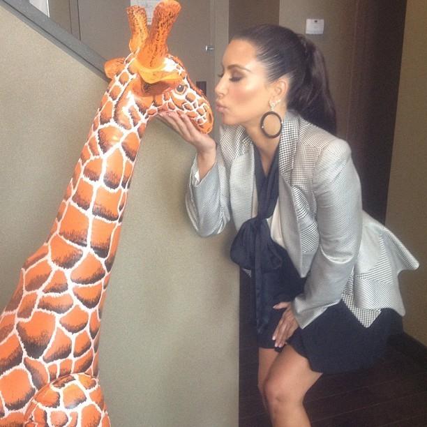 Kim et une girafe