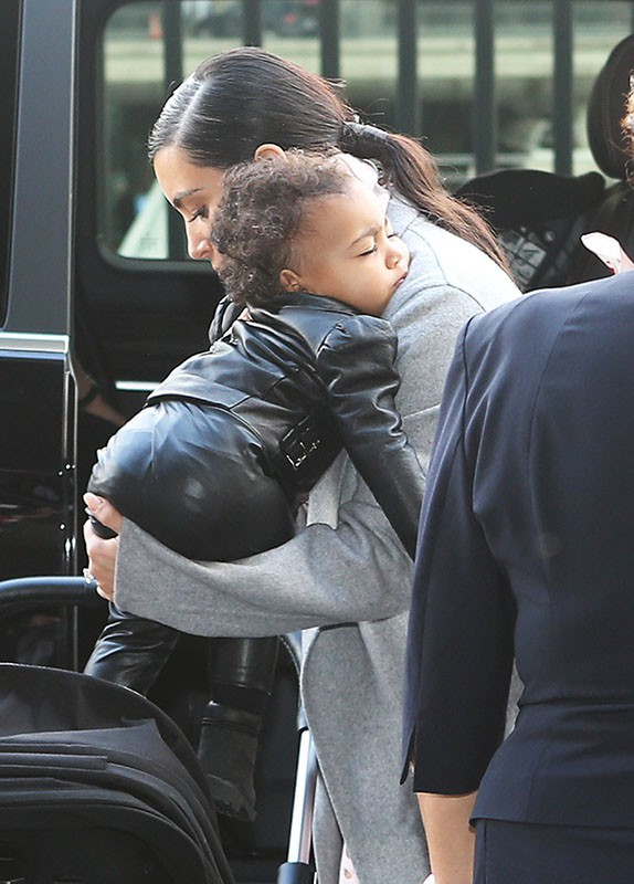 Kim Kardashian : allure rock'n'roll pour quitter la France avec son adorable North !