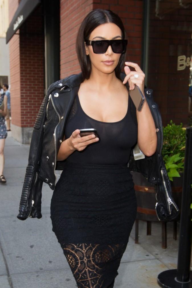 Photos : Kim Kardashian : après avoir musclé son célèbre fessier, la it girl lookée sexy s'offre un bon petit dîner !