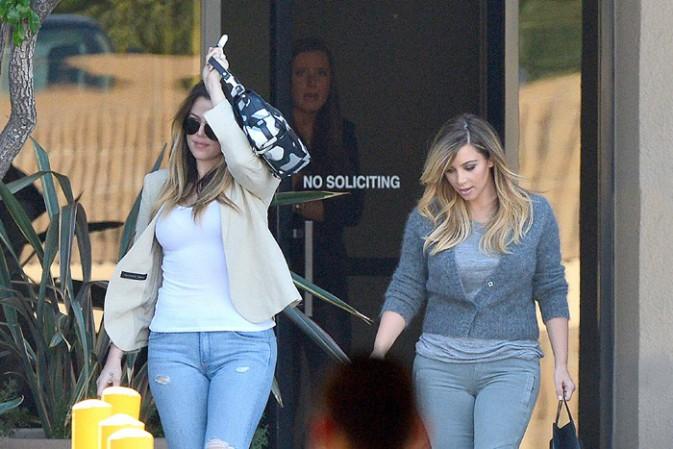 Khloe et Kim Kardashian à Woodland Hills le 8 octobre 2013