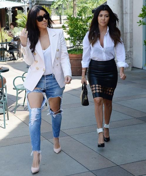 Kim et Kourtney Kardashian à Calabasas, le 21 avril 2014.