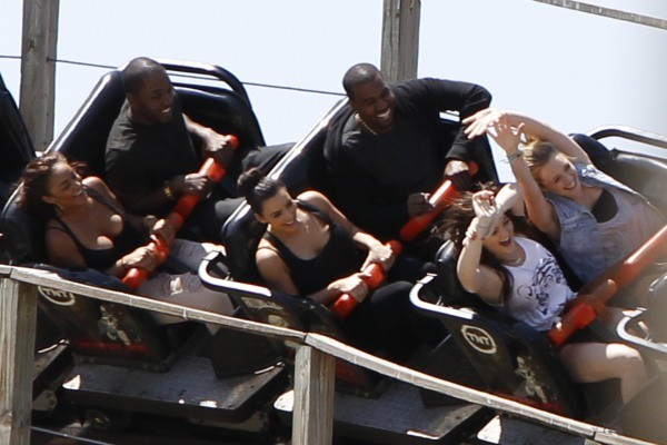 Kanye West et Kim Kardashian, ainsi que Kendall et Kylie Jenner, au Six Flags Magic Mountain, le 17 juillet 2012.