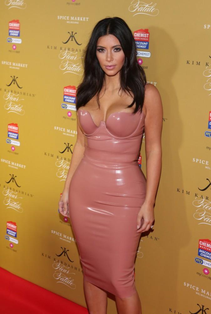 Photos : Kim Kardashian : comme une odeur de fétichisime pour la bimbo en latex !