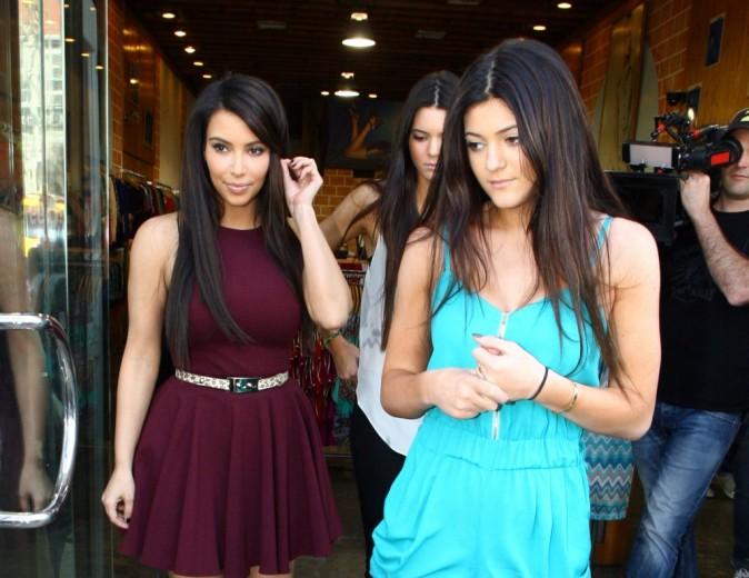 Kim Kardashian et ses petites soeurs Kendall et Kylie Jenner à Los Angeles, le 10 mars 2012.