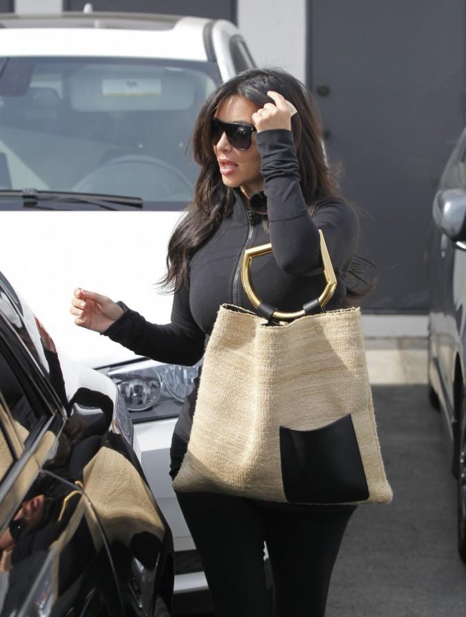 Kim Kardashian sort du salon de coiffure