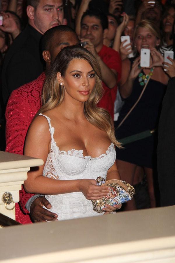 Kim Kardashian avec Kanye West au club Le Tao de Las Vegas le 25 octobre 2013