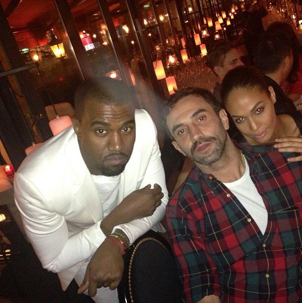 Kanye auprès de Riccardo Tisci, directeur artistique de la maison Givenchy, et de Joan Smalls, mannequin.