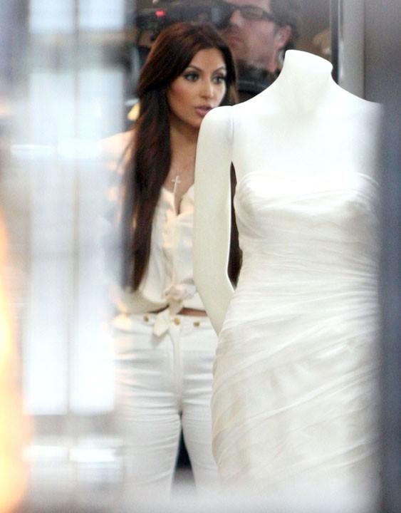 Kim Kardashian faisant du shopping dans la boutique Vera Wang de Melrose Avenue à Los Angeles, le 30 juin 2011.