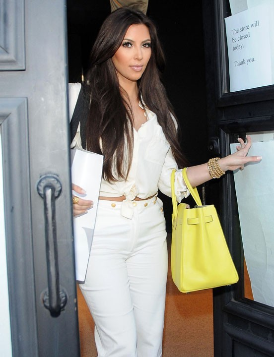 Kim Kardashian sortant de la boutique Vera Wang sur Melrose Avenue à Los Angeles, le 30 juin 2011.