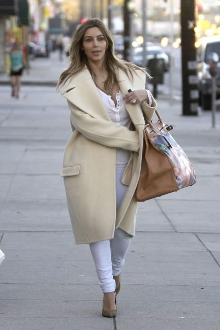 Kim Kardashian en plein shopping à Woodland Hills, le 26 décembre 2013.