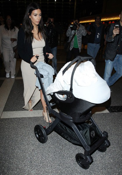 Kim Kardashian et sa fille North à l'aéroport de Los Angeles, le 26 mars 2014.