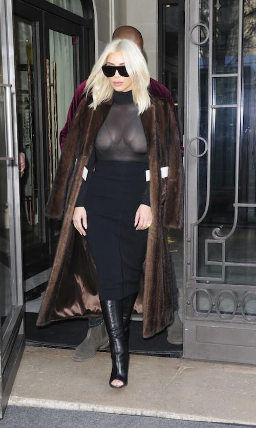 Photos : Kim Kardashian : encore les seins à l'air pour affronter les accusations de chirurgie !