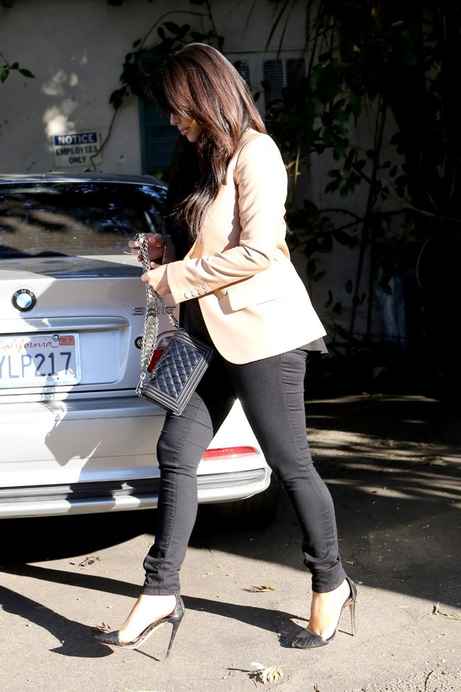 Kim Kardashian dans la banlieue de Los Angeles le 1er mars 2013