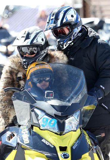Photos : Kim Kardashian : entre moto neige et bowling, elle kiffe ses vacances !