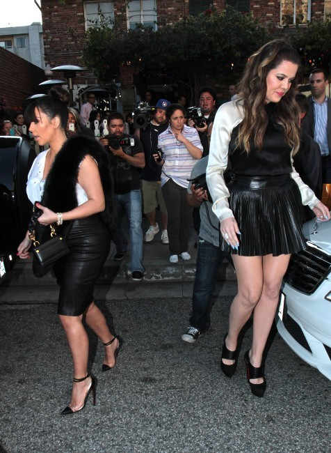Khloe et Kim Kardashian quittant le restaurant The Ivy à Los Angeles, le 21 mars 2013.