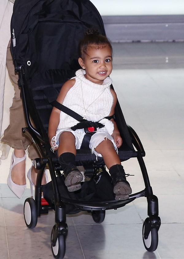 Kim Kardashian, Kanye West et North à leur arrivée à Paris le 14 avril 2015