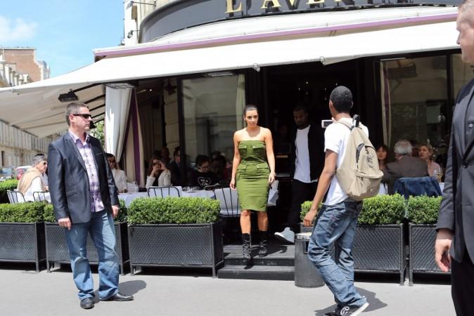 Kim Kardashian et Kanye West sortant du restaurant L'Avenue à Paris, le 17 juin 2012.