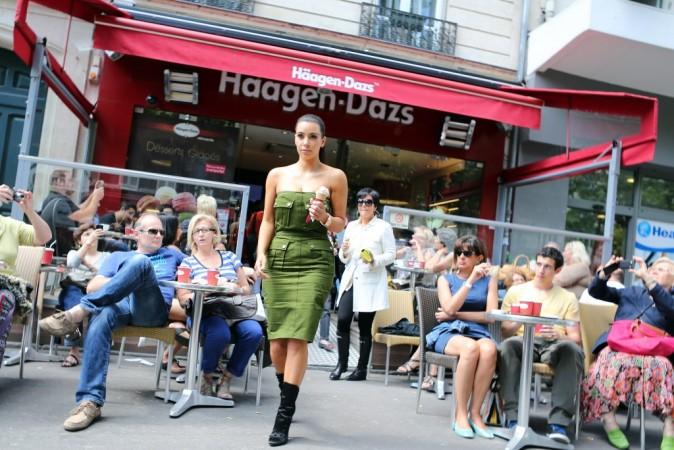 Kim Kardashian sortant de chez Haagen Dazs à Paris, le 17 juin 2012.